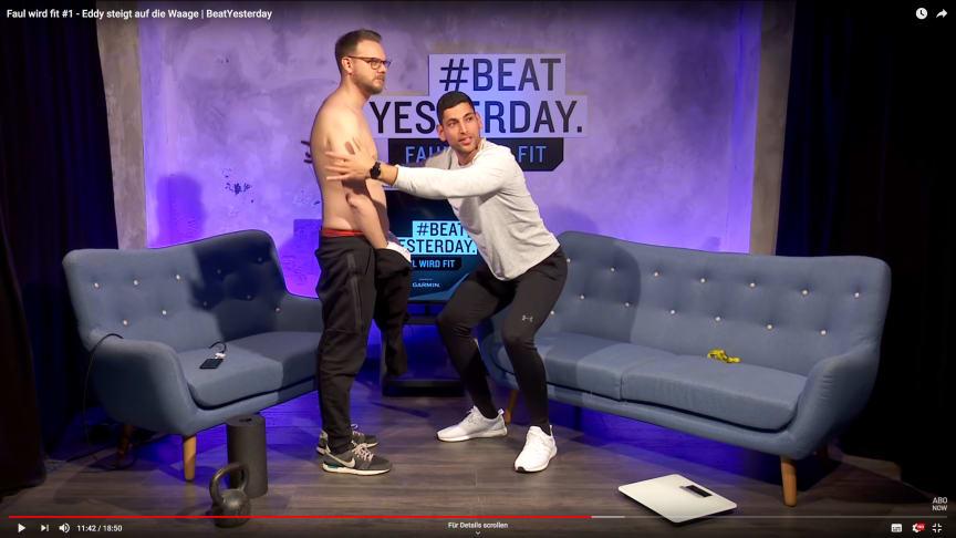 """Gino Singh (r.) bringt seinen Kollegen Etienne Gardé (l.) in der prämierten #BeatYesterday-Videoserie """"Faul wird fit"""" in Form."""