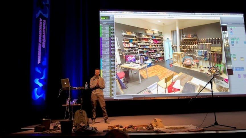 Det var tredje gången i rad som Trollywood Animation Festival hölls i folkets hus i Trollhättan. Här visar Lucas NIlsson en bild från sitt kontor som är fullt av ljudskapande föremål.