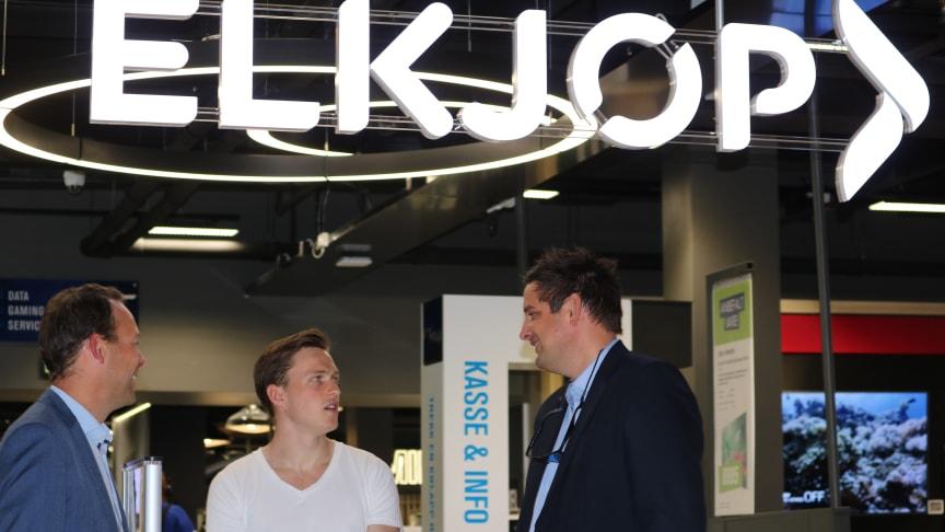 Verdensmester Karsten Warholm i hyggelig passiar med Jaan Ivar Semlitsch (t.v.) og Fredrik Tønnesen, sjef for henholdsvis Elkjøp Nordic og Elkjøp Norge.