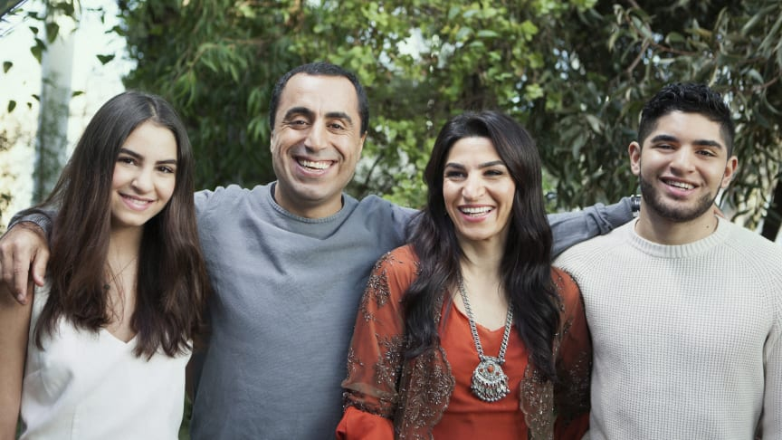 I UR:s realityserie Zero Impact ställs familjen Akbar inför en rejäl koldioxidbantning. Özz Nûjen är programledare. © Foto: Saga Berlin/UR