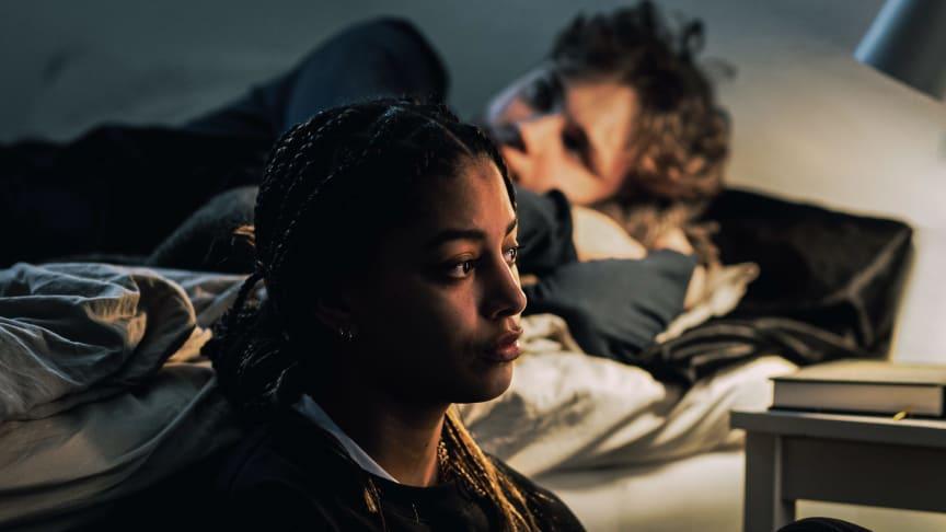 Dör för dig, en dramaserie om våld i ungas nära parrelationer med skådespelarna Adja Krook och Anton Forsdik. Foto: UR/Art&Bob.