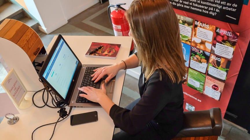 Therese Forsmark, Digital Kommunikatör & Tf Hållbarhetsansvarig på Hotell Kristina, testar att arbeta en timme på företagets WE-bike och samtidigt bistå med energi till datorn.