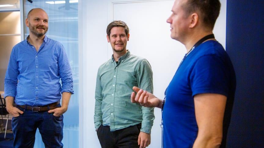 Samspill mellom forskjellig fagekspertise er avgjørende for å skape god og engasjerende læring. Her er Kåre Vegar Sund (t.h.) i samtale med kollega Martin Ødegaarden Henriksen (t.v.) og Ola Voll. Foto: Heidi S. Middleton, Trainor.