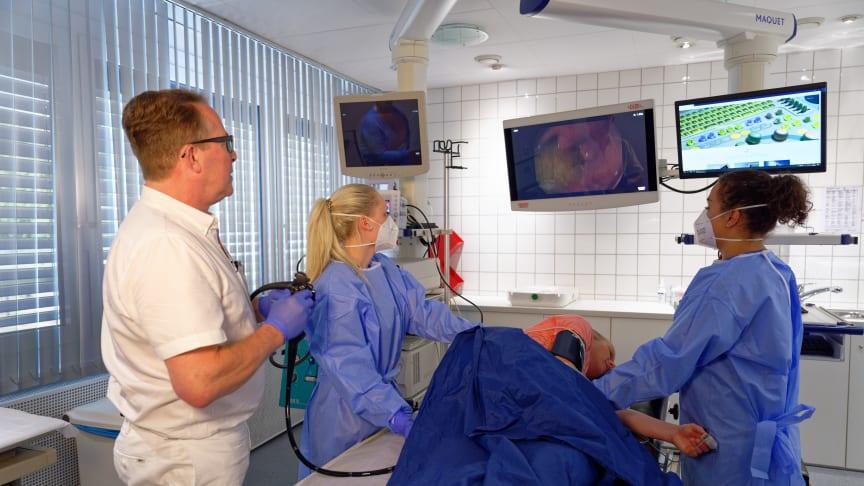 Darmspiegelung in der Praxis eines Magen-Darm-Arztes - fachweitergebildetes Personal assistiert bei der Untersuchung und kümmert sich um die Reinigung der Geräte (Foto: bng).