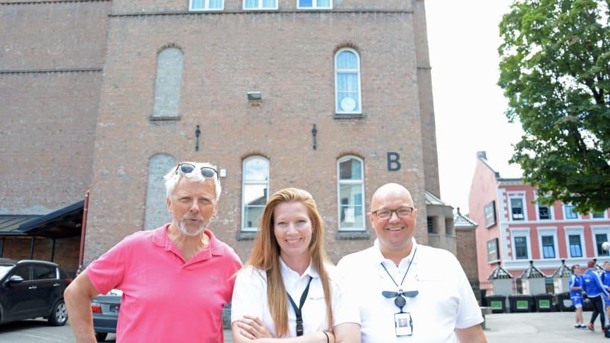 Ove Østbye i Utdanningsetaten er på kontrollrunde på Gamlebyen skole med Undervisningsbyggs Rita N. Barkholm og Gunnar S. Østad.