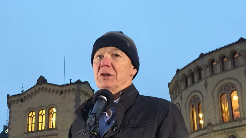 Per Olaf Lundteigen taler ved demonstrasjonen for bevaring av mvafritaket for alternativ behandling 9. desember 2020