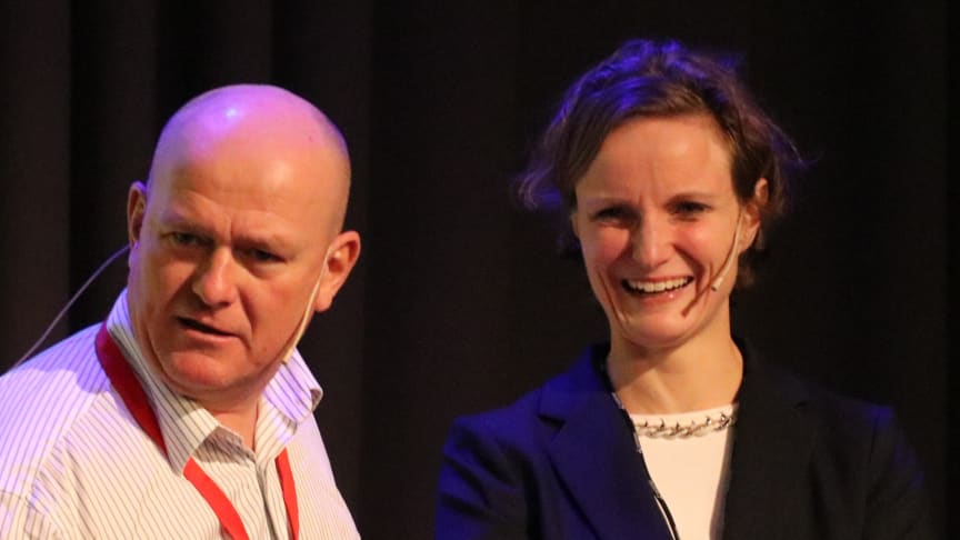 Hanne Skåle Thowsen blir ny direktør i Norges Taxiforbund. Her med møteleder Jan Erik Larssen under fjorårets fagkonferanse.