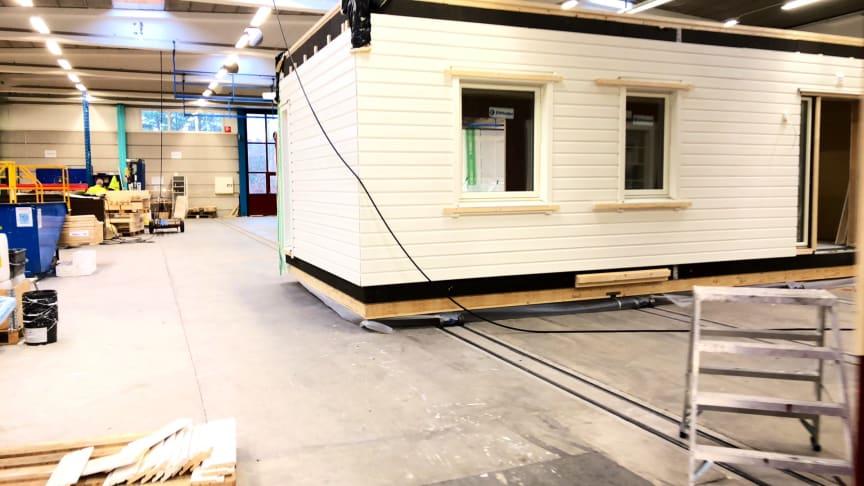 En en husvolym börjar bli klar och ska snart leveras till byggplats. Där monteras och fuktsäkras huset på ett par timmar.