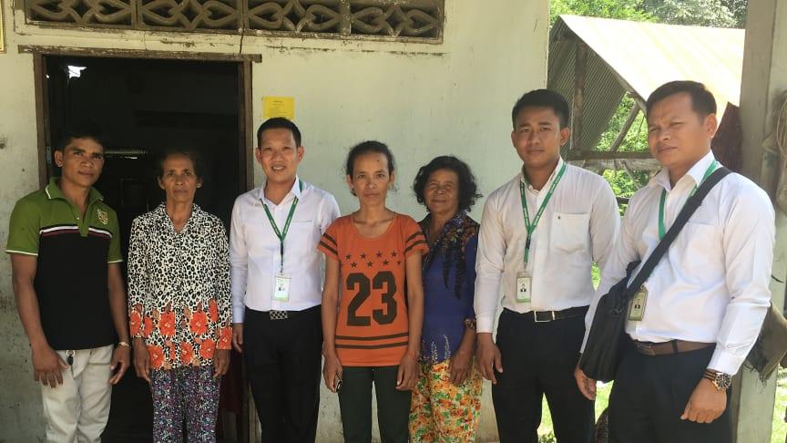 Prasacs personal besöker låntagare utanför Phnom Penh