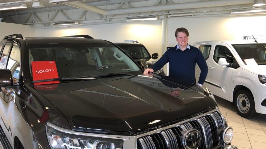Toyotas hybridbiler er svært ettertraktede i markedet, sier Jørgen Wiken Furnes, bilselger trainee hos Nordvik Toyota Namsos. Foto: Nordvik AS.