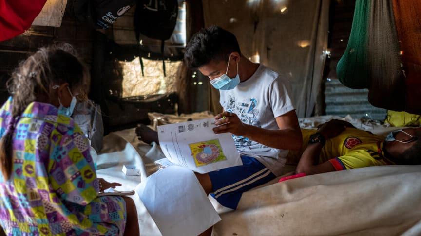 Sergio, 16, gör läxor med sin syster.