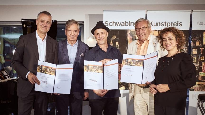 (v.li.) Andreas Groethyusen, Thomas Kuchenreuther, Uli Oesterle, Stadtrat Walter Zöller und Yaara Tal bei der Verleihung der Schwabinger Kunstpreise.