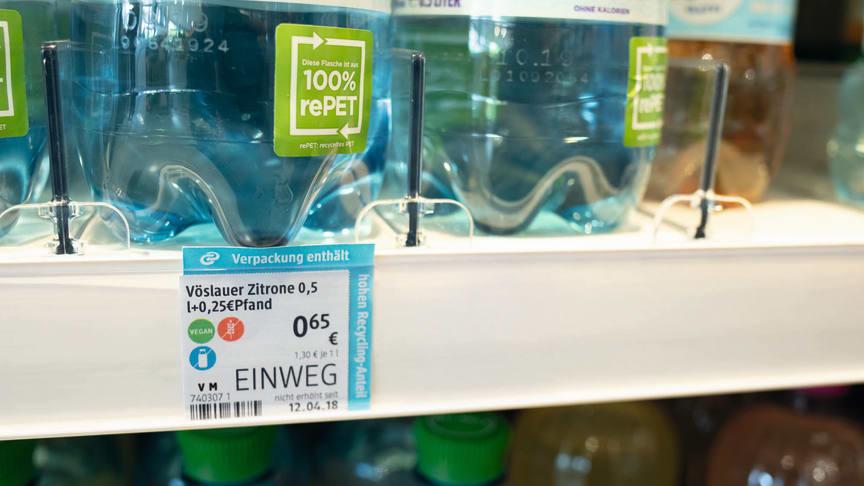 Im Rahmen der Informationskampagne werden Verpackungen am Regal hervorgehoben, die einen hohen Recycling-Anteil aufweisen.