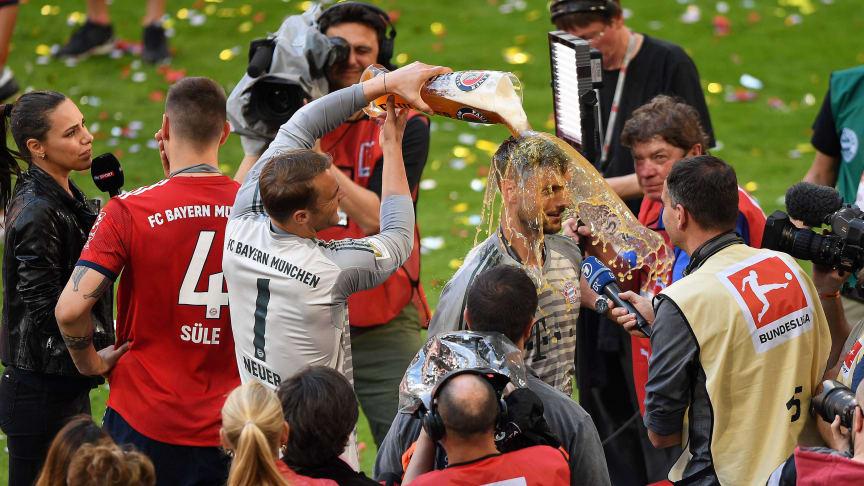 Weißbierdusche zum 28. Titel - Manuel Neuer erwischt Sven Ulreich
