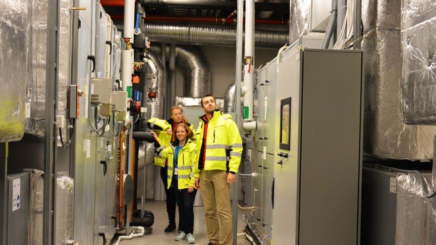 Leter: Rita N. Barkholm (bak), Marthe Bjerkåsholmen og Norbert Zawadka leter etter energityver på Fyrstikkalleen skole i Oslo.