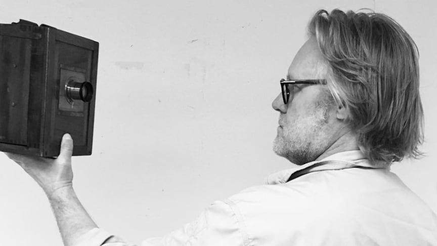 """Magnus Jerlström har plockat fram gamla bilder ur Lindesbergs kulturhistoriska arkiv till utställningen """"Svart på vitt"""". Foto: Kulturenhetens Instagram"""