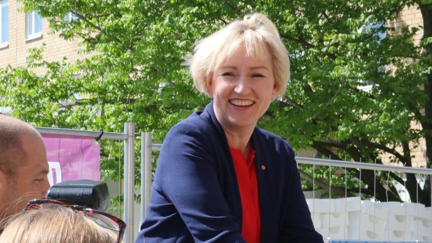 Ministern för högre utbildning och forskning, Helene Hellmark Knutsson förevigar sina händer i betong som sedan byggs in i Einar Mattssons Kv. Forskningen på KTH Campus.