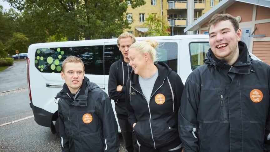 Arbetshandledare Lena Hildingsson tillsammans med några av deltagarna i Alla spelar roll.