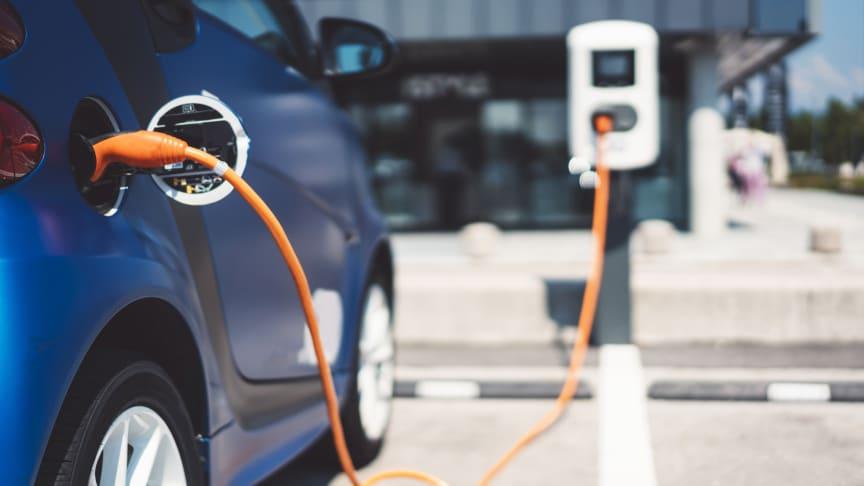 Firmenwagen besitzt rund die Hälfte aller KMU – emissionsarm fährt bisher aber nur ein kleiner Teil von ihnen.