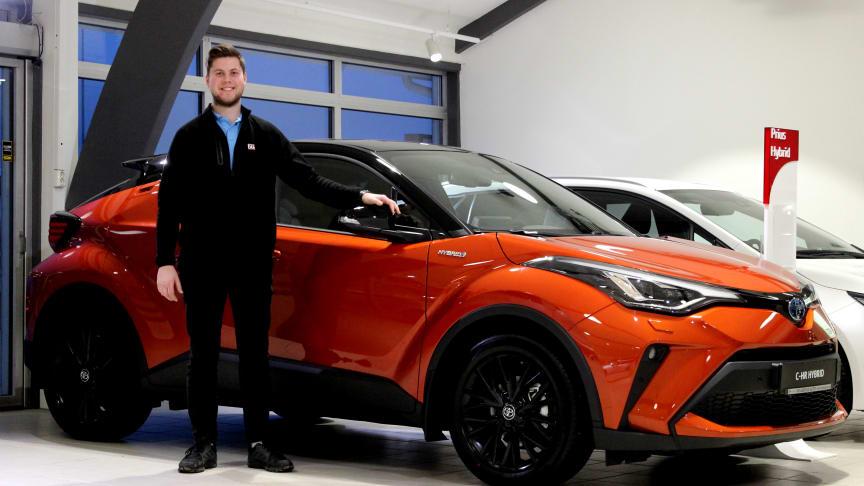 Klar for lansering: Markus Bergli med nye Toyota C-HR som lanseres i Steinkjer denne uken. Foto: Nordvik AS.