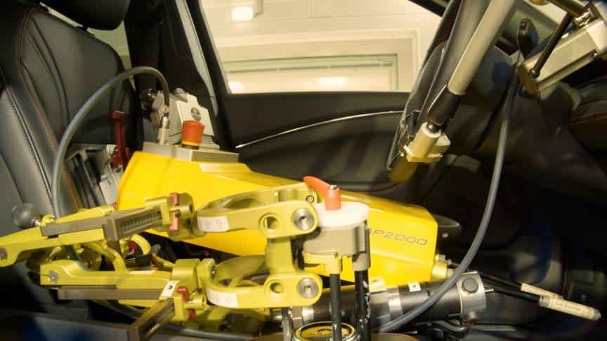 Robotterne er som ved almindelige test også i berøring med rattet, speederen og bremsen.