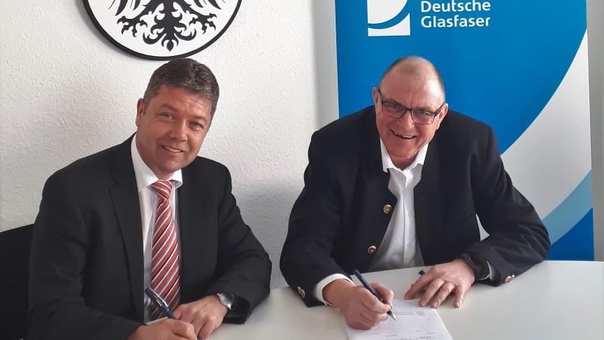 Bürgermeister Peter Felbermeier (links) und Peter Reisinger, Regionalleiter Bayern von Deutsche Glasfaser, unterzeichnen Kooperationsvereinbarung für geförderten Glasfaserausbau