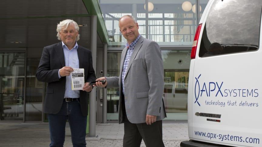 Jan Erik Evanger, daglig leder i APX Systems, og Fredrik Goborg, prosjektleder, viser frem terminalløsningen i innkjøpssystemet.