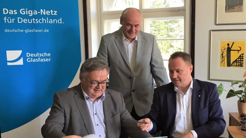 Ludwig Martin, Bürgermeister der Gemeinde Borsdorf (links) Michael Kölling, Regional Manager Deutsche Glasfaser Mitteldeutschland (rechts) und Projektmanager FttH Mitteldeutschland (hinten) besiegeln die Zusammenarbeit für den Glasfaser-Ausbau. (DG)