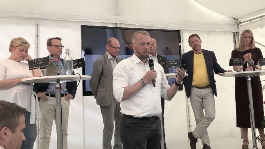 Deltagare:  Peter Daneryd, Johan Ahlgren, Kjell Bergfeldt, Helena Ullgren, Emelie Orring, Andreas Svahn. Moderator: Elinor Persson