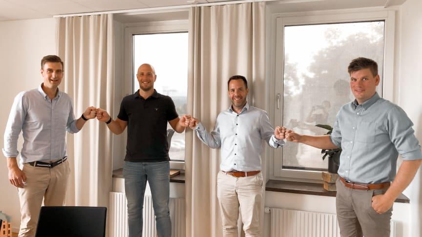 Avtalsskrivning för projekt Sjöviken i Strandängen, Jönköping. Fr. v. Gustaf Hjertquist, Projektchef Tosito, Carl-Henrik Ingerman, projektledare Tosito, Johan Gustafson, Distriktschef Gärahovs Bygg, Rickard Wackt, Projektchef Gärahovs Bygg.