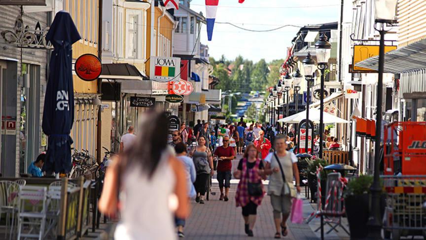 I sommar har Piteås gågata varit rökfri. Nu vill kommunen veta vad piteborna tycker om det.   Foto: Richard Kåhrström