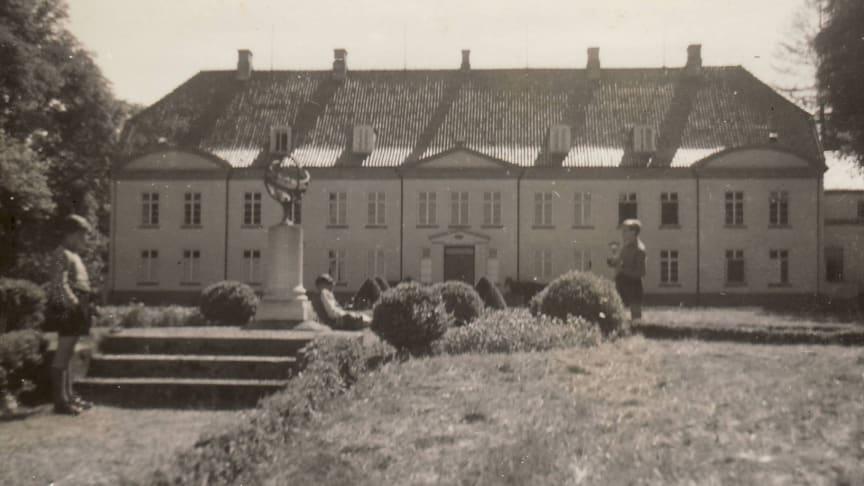 Foto: Schüler des Internats Louisenlund verbringen ihre Pause an der Sonnenuhr (um 1950) – Archiv der Stiftung Louisenlund