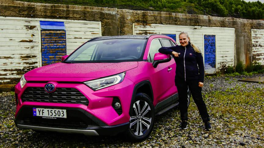 Silje Myrvoll er strålende fornøyd med sin rosa drømmebil RAV4