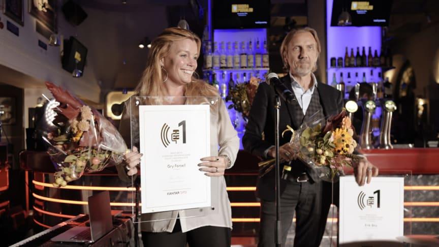 """Gry Forssell tar emot priset som """"Årets programledare"""" på Radio -och poddagen 2018. Foto: José Figueroa"""