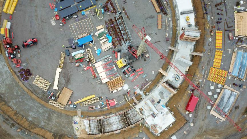 Bygget av Filborna vattentorn intill Österleden i höjd med Filbornavägen är i full gång. Flygbilden är tagen i augusti 2018.