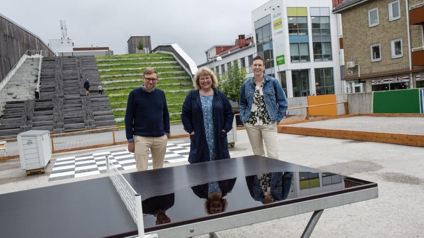 Nicklas Larsson, Elisabet Lundman och Helena Stenberg hoppas att Sommardäcket blir uppskattat. Foto: Maria Fäldt
