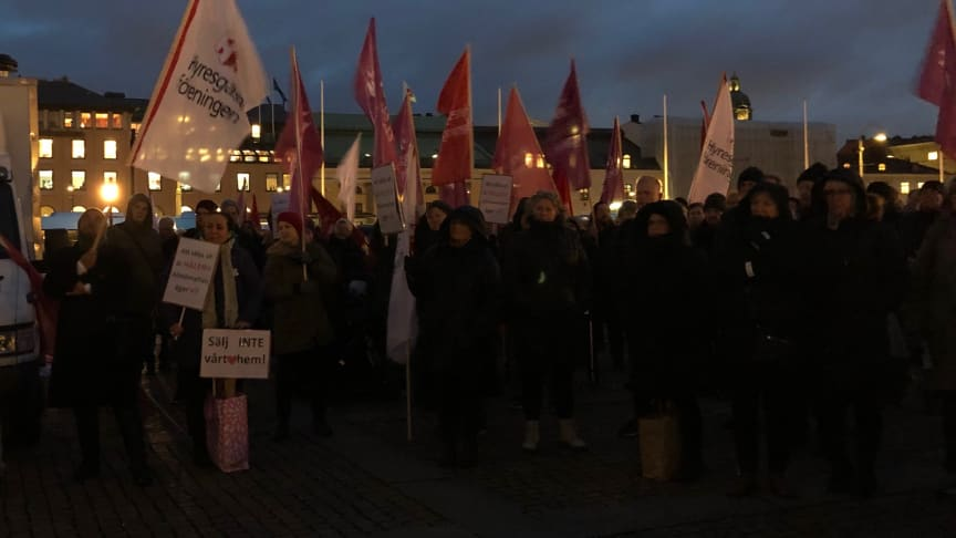 Vi demonstrerar mot Alliansens planer på att ombilda allmännyttans lägenheter.