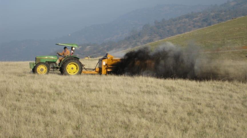 En bonde i Kalifornien lägger på kompost på betesmark som en del av en studie. Foto: Rebecca Ryals.