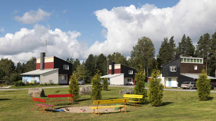 Skogsarbetarbyn i Jädraås med 18 villor byggdes 1951 efter ritningar av arkitekten Ralph Erskine. Margareta Cortés