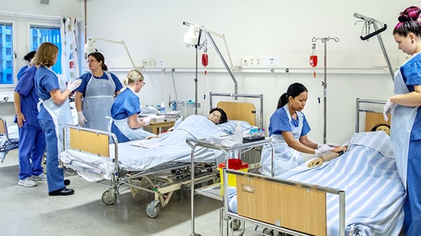 Sjuksköterskestudenter tränar kliniska färdigheter.