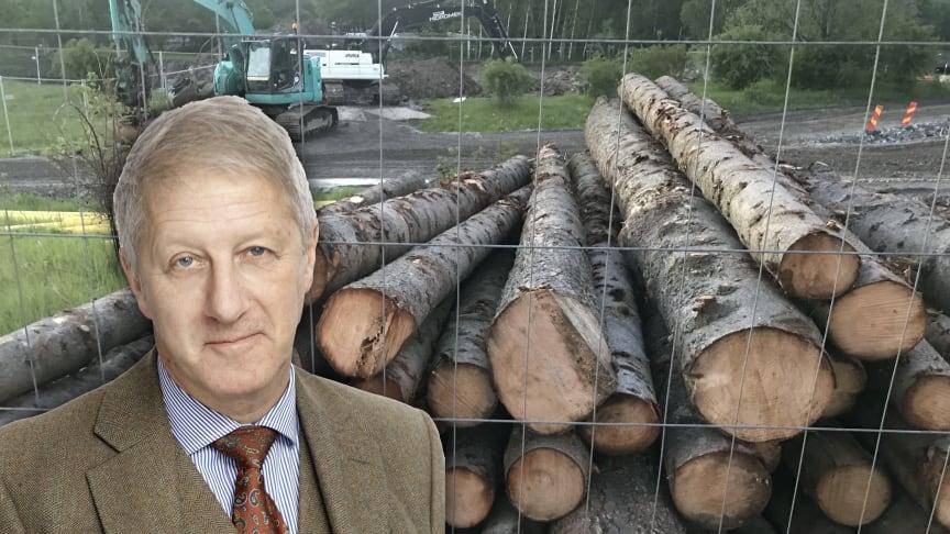 Svante Borg (Foto Pressmachine.se). I bakgrunden fällda träd och grävarbete för etapp 1 av Järva begravningsplats som byggs i prisbelönta Järva DiscGolfPark.