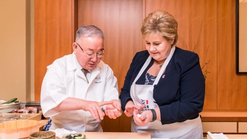 Statsminister Erna Solberg fikk et lynkurs i sushikunsten av den japanske sushikokken Tsutimu Shiamiya da hun besøkte Japan i forrige uke