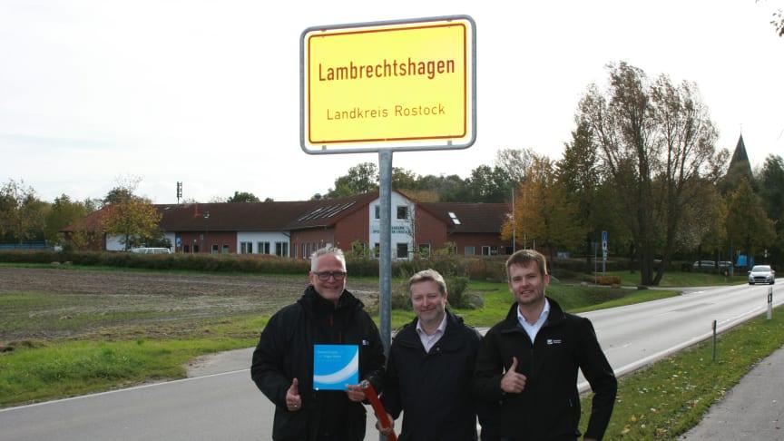 Sie freuen sich auf das neue Glasfasernetz: Projektleiter Andreas Dankert, Bürgermeister Holger Kutschke und Tjark Hartmann (ebenfalls DG)