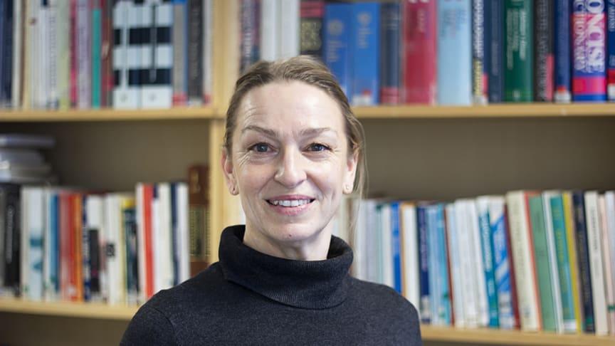 – Vi hoppas att personer verksamma inom äldreområdet törs ge sig på att läsa den och att akademiska forskare och FoU-forskare ser värdet av att publicera sig på svenska, säger Äldrecentrums direktör Åsa Hedberg Rundgren om den nya tidskriften.