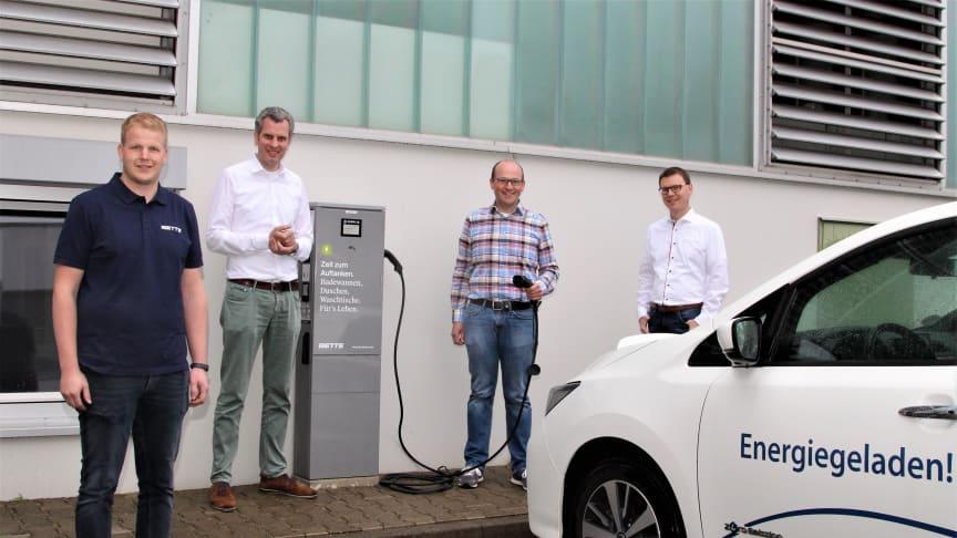 Bei Bette in Delbrück kann jetzt Strom getankt werden, freuen sich (v. l.) Patrick Sandbothe, Nachhaltigkeitsbeauftragter, und Thilo Pahl, Geschäftsführender Gesellschafter bei Bette, sowie Wilhelm Engemann und Andreas Stoller, Projektleiter bei WW.