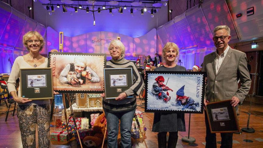 Julefrimerkene 2019 ble lansert før en konsert med  KORK i Store Studio, med julekalendre som tema. Fra venstre Anniken og Vibeke Kolstad (døtre av Henki Kolstad), Gudny Ingebjørg Hagen og frimerkedirektør Halvor Fasting. Foto: Håvard Jørstad