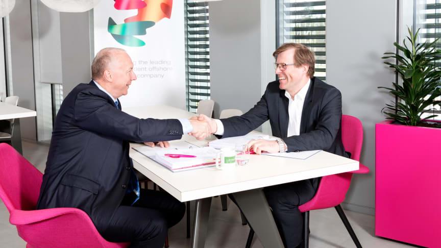 TRANSFORMASJON. – Sopra Steria skal bistå oss med den omfattende transformasjonsprosessen vi skal igjennom de neste årene, sier Per Harald Kongelf (t.h.), direktør forbedring i Aker BP. Til venstre administrerende direktør Kjell Rusti i Sopra Steria.