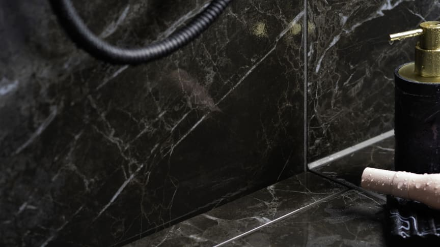 Purus PRO Line erbjuds i olika storlekar och varianter med antingen en rostfri sil i olika mönster och färger eller en premiumskena för montering av keramisk platta, där den sistnämnda varianten syns på fotot.