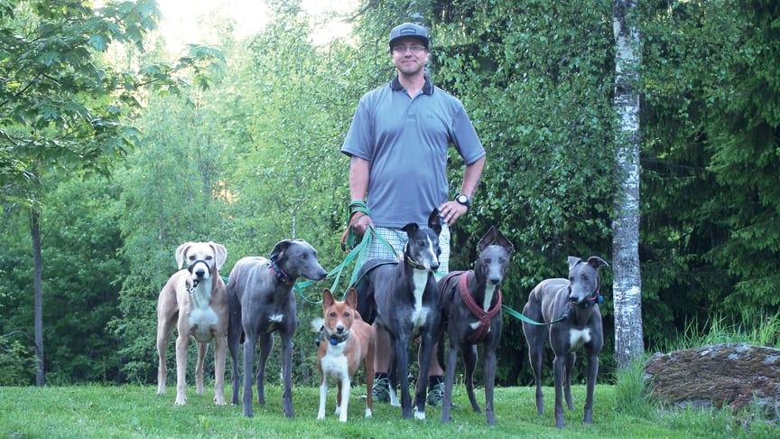 Joni Tuhkasen perheessä on yhteensä kuusi koiraa, joista kaksi greyhoundia kilpailee. – Koirien kanssa kisaaminen on minulle ja avovaimolleni elämäntapa.