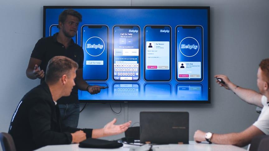 Personerna bakom Helply går igenom appens flöde. från vänster i bild: Teodor Bjurling, Jakob Haglund och Linus Konradsson